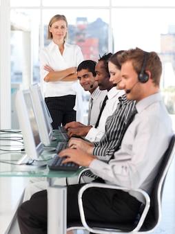 Chef de file féminin confiant dans un centre d'appel