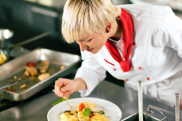 Chef finissant un plat en cuisine commerciale
