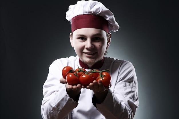 Chef heureux aux tomates