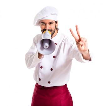 Chef heureux criant par mégaphone