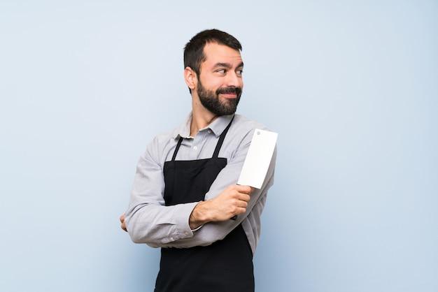 Chef heureux sur le mur bleu
