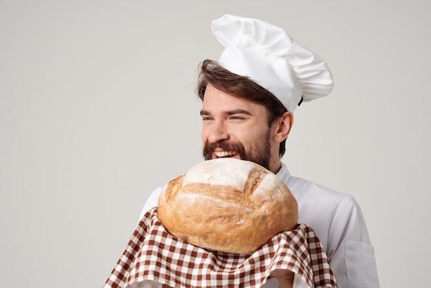 Chef homme barbu avec du pain à la main fond isolé