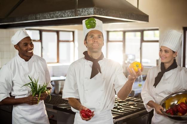 Chef jouant avec des légumes