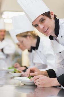Chef en levant de la préparation de la salade