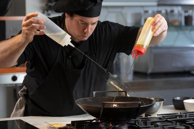 Chef masculin dans la cuisine de la cuisine