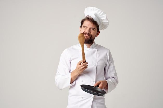 Chef masculin émotionnel poêle à frire cuisson cuisine professionnels de l'alimentation