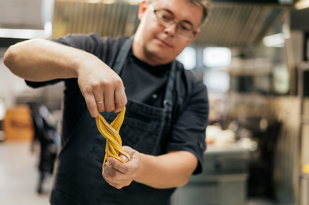 Chef masculin avec pâte à pâtes