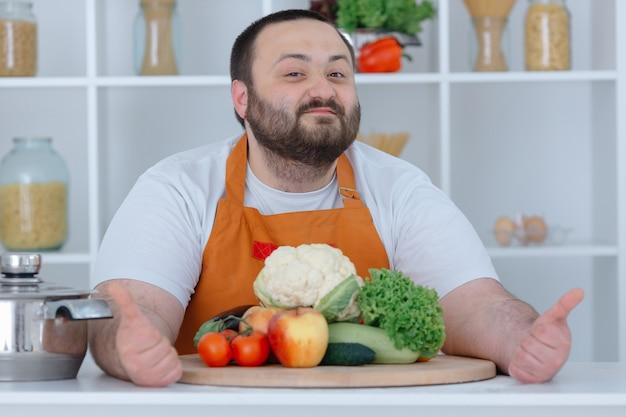 Chef de ménage posant à la cuisine