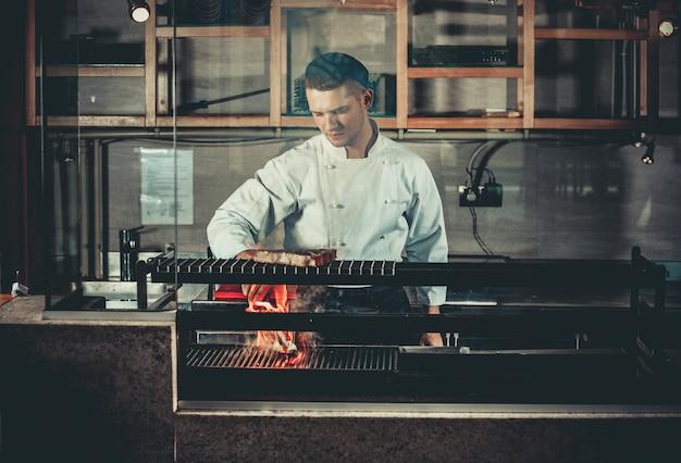 Chef occupé au travail dans la cuisine du restaurant