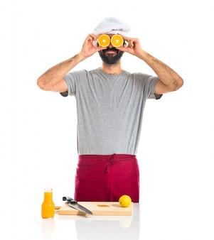 Chef avec orange comme des lunettes