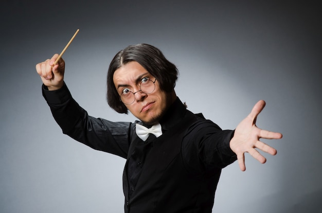 Chef d'orchestre drôle dans le concept musical