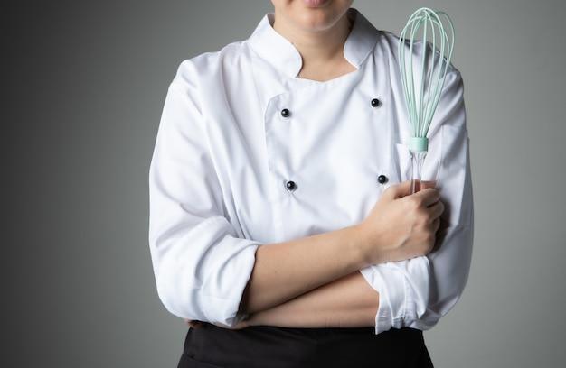 Chef avec outil à fouetter ingrédient de mélange de pâtisserie