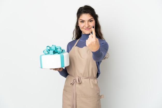 Chef pâtissier russe tenant un gros gâteau isolé