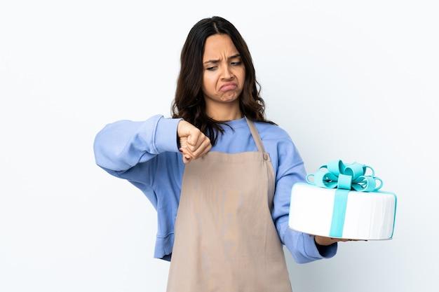 Chef pâtissier tenant un gros gâteau fond blanc isolé faisant le geste d'être en retard