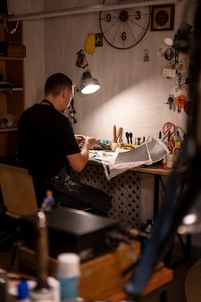 Chef de petite entreprise dans son atelier