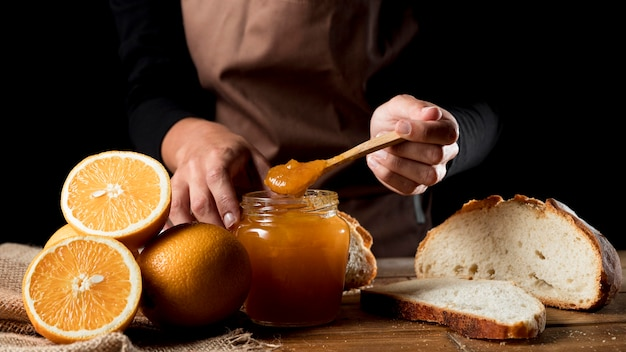 Chef avec pot de confiture d'orange