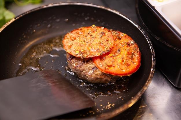 Chef préparant une délicieuse viande de hamburger. au restaurant