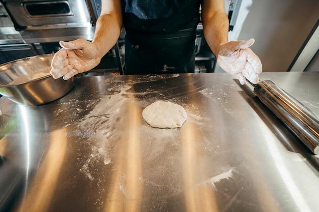 Chef préparant la pâte dans une cuisine