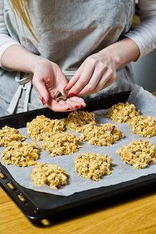 Le chef prépare des biscuits, étale la pâte sur les plateaux.