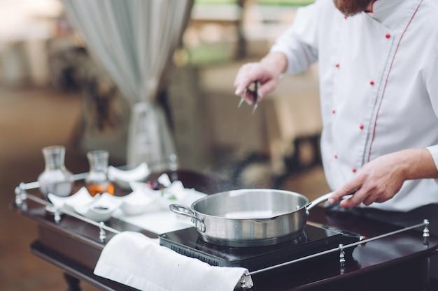 Le chef prépare le foie gras avant les convives.