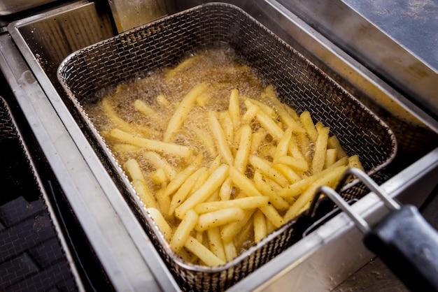 Le chef prépare des frites. restaurant.