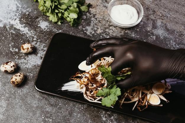 Le chef prépare la nourriture dans le restaurant. salade asiatique au chou et à la viande. cuisine orientale épicée.