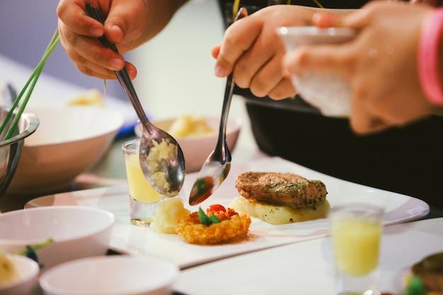 Chef prépare, nourriture, repas, dans cuisine, chef cuisine, chef décoration plat,