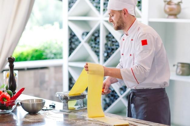 Le chef prépare la pâte pour les visiteurs.