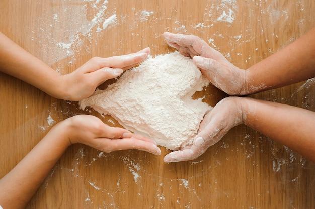 Chef prépare la pâte - processus de cuisson, coeur de farine.