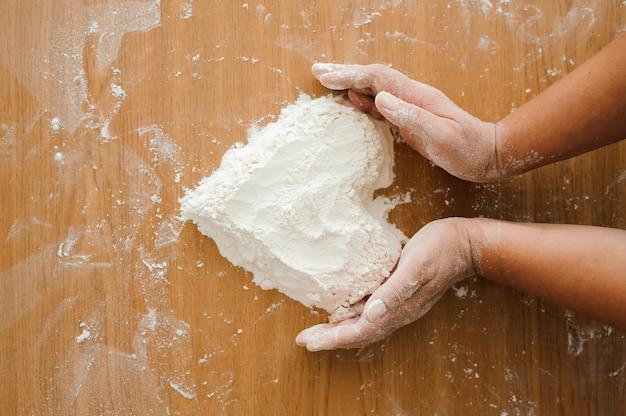 Chef prépare la pâte. processus de cuisson, travailler avec de la farine