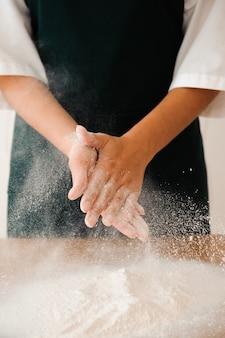 Chef prépare la pâte. processus de cuisson, travailler avec de la farine.