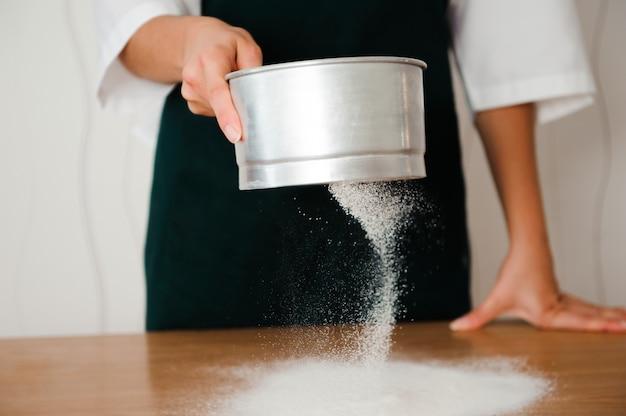 Le chef prépare la pâte - le processus de fabrication de la pâte dans la cuisine