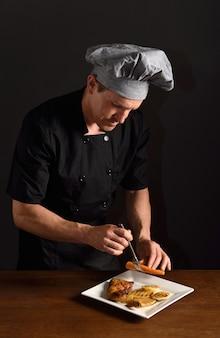 Chef prépare un plat de poulet avec garniture