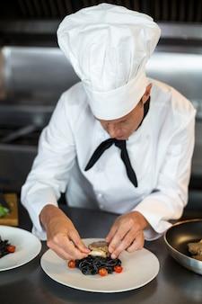 Chef prépare des plats en cuisine