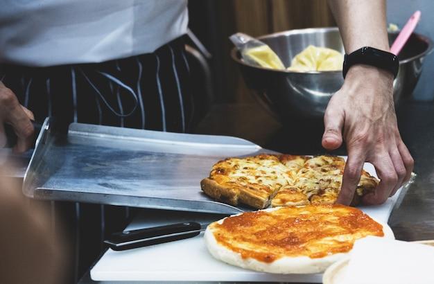 Chef préparer une pizza, le processus de fabrication de la pizza