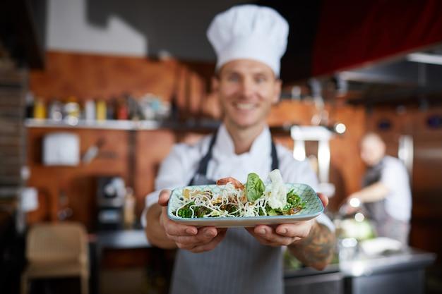 Chef présentant le plat