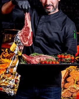 Le chef présente un steak de viande