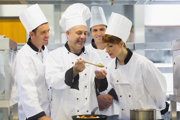 Chef principal montrant la nourriture à ses collègues