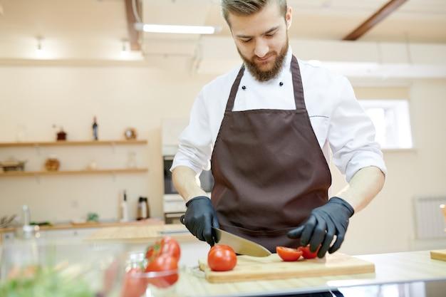 Chef professionnel de cuisine au restaurant