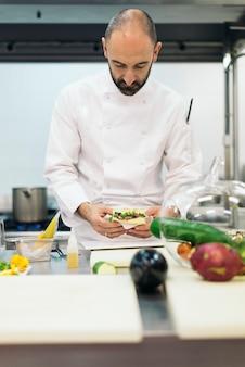 Chef professionnel masculin cuisinant dans une cuisine. concept de cuisine.