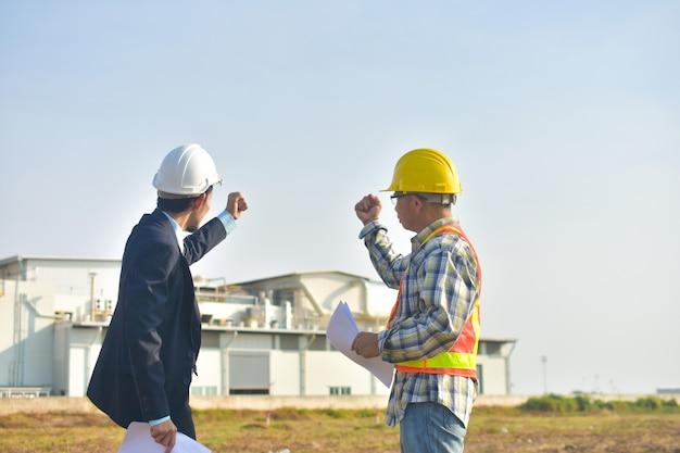 Chef de projet et ingénieur construction tenant main succès projet, directeur de production et ingénieur tenant main succès projet usine