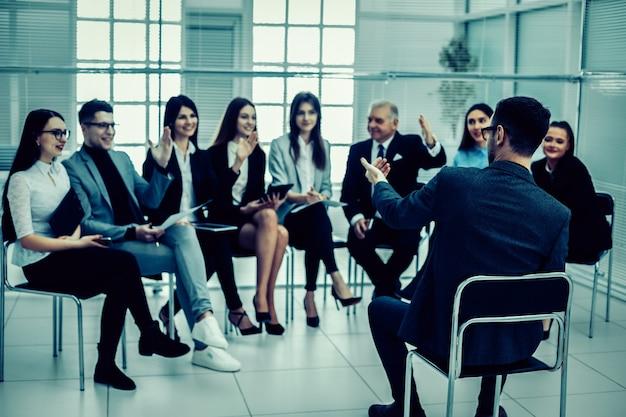 Le chef de projet pose des questions lors d'une réunion de travail. affaires et éducation