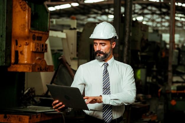 Chef de projet senior travaillant dans une usine industrielle
