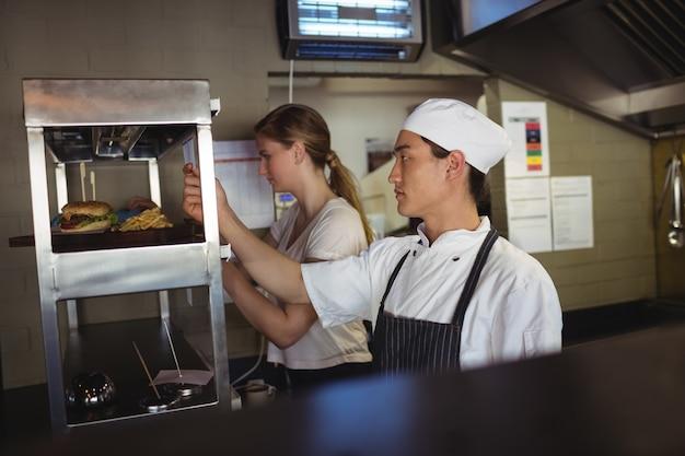 Chef à la recherche d'une liste de commandes dans la cuisine
