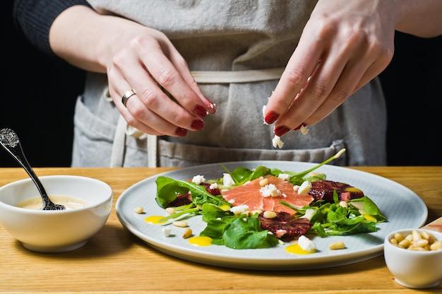 Chef saupoudré de fromage salade de roquette, pamplemousse et orange.
