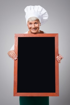 Chef senior féminin avec menu