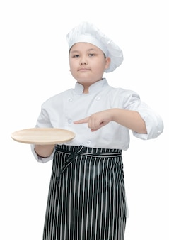 Chef tenant et pointant un plat en bois vide