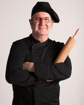 Chef tenant un rouleau à pâtisserie