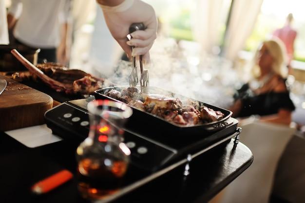Le chef tient une classe de maître sur la cuisson de la viande