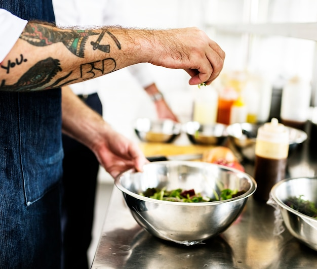 Chef travaillant et cuisinant dans la cuisine